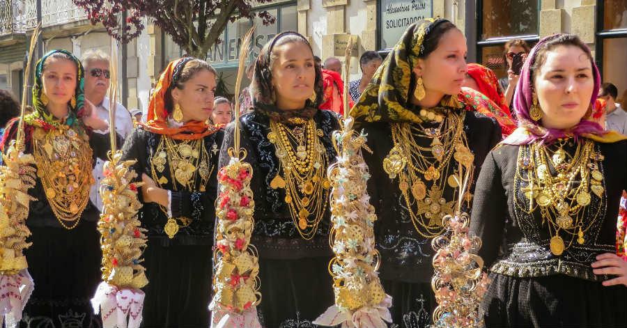 Fato mais rico do traje regional de Viana é imagem do cartaz da Romaria  d Agonia 75db5f207ee